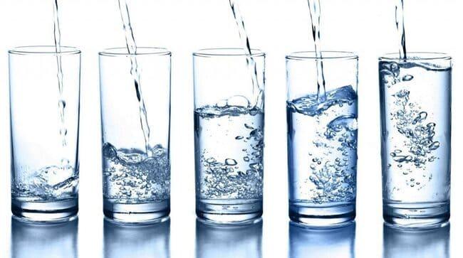 Nên uống nước khoáng có kiềm